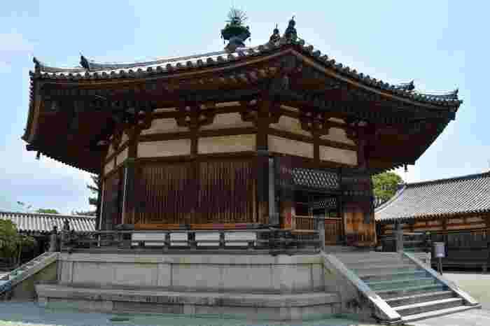八角形の屋根が特徴的な夢殿は、奈良時代に建立された建物で国宝に指定されています。堂内には、聖徳太子の等身像と伝えられている救世観音像が安置されています。