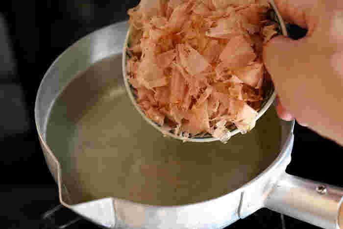 煮出す場合は、水に対して1%の鰹節を使用。水が沸騰したらいったん火を止めて鰹節を投入します。続いて弱火にかけて再度沸騰したら火を止め、そのまま1~2分。鍋に蓋はしません。 ざるにキッチンペーパーを敷いて濾したら、これで一番だしが完成。