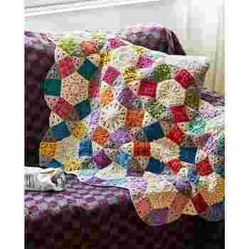 編み模様も色々変わるので、どんどん腕も上達し、1回のセットで、直径約25cmの円形ミニざぶとんに仕上がります。個々に使っても最後にさらにつなげて大作に仕上げても素敵です。