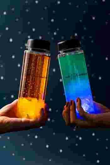 またこちらのドリンクボトルは、グラデーションをした2種の鮮やかな色味のドリンクは、ノンカクテルで見た目にも可愛い♡ボトルが光るので暗闇の中でも美しく光るのが見られるのもいいですね*