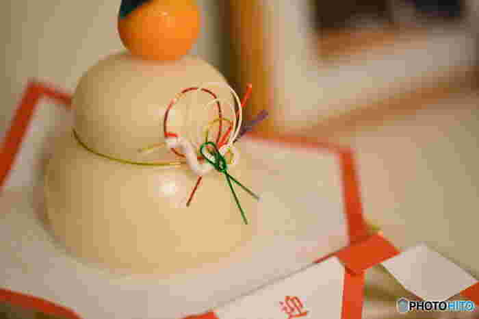 鏡餅は歳神様へのお供えものとして飾るものであり、また、歳神様の依り代とも考えられています。三方とよばれるお供え用の台座に奉書紙か四方紅という和紙を敷き、お供えします。伊勢海老や串柿などを一緒に飾る地域もあります。