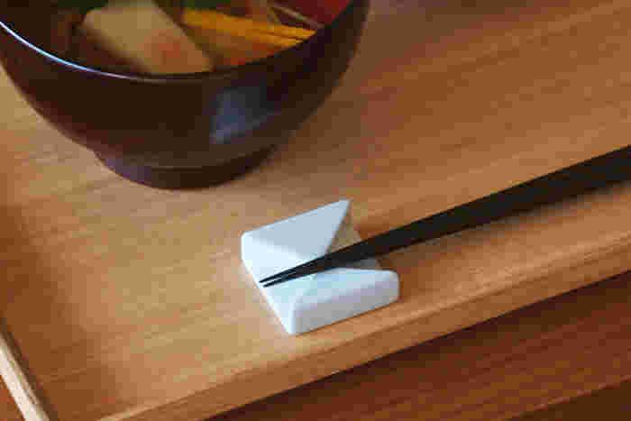 日本伝統の有田焼を現代の感覚で私達に届けてくれる「有田HOUEN」。まるで和紙で織り上げたような和モダンな箸置きは、シンプルな中にも、どこか品のある趣。和の器には勿論、北欧スタイルの食卓にもお似合いです♪ 飽きの来ないデザインは、お箸だけでなく、スプーンやフォークなどカトラリー置きとしても活躍しそう!