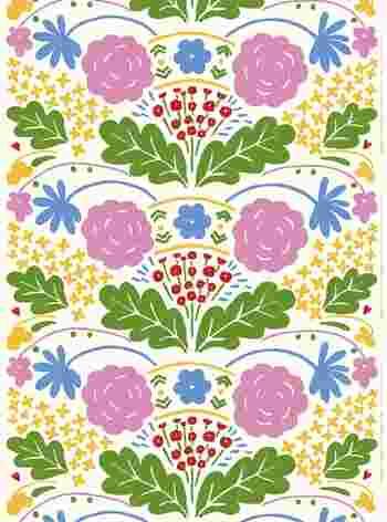 こちらは、石本さんがマリメッコに入社してすぐ、1975年に手がけたパターン「Onni[Happy]」。Happyという名の通り、小さい花も大きな花も、祝福してくれているような華やかさ。