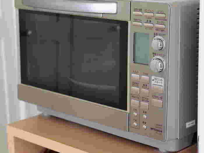電子レンジは中が汚れやすい家電のひとつです。水を含ませたタオルを軽く絞り、電子レンジで3分ほど加熱したらすぐには扉を開けず、すこし放置します。蒸気が電子レンジの中に回ったら、そのままそのタオルを使って、電子レンジの中を拭き上げます。