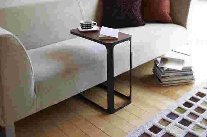 ■ソファのセンターにも置けちゃうサイドテーブル ソファでゴロゴロしながら、おいしいコーヒーを飲む。そんな夏の午後のお供にサイドテーブルがあると便利です。  コの字型なので、ソファの足元に差し込んで写真のように使うこともできますし、ソファの脇に置いても良いですね。耐荷重量が10Kgもあり、ノートパソコンを置いても大丈夫な強度を保っています。