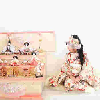 「ひな祭り」は、雛人形を飾り、菱餅や桃の花も添えて、ちらし寿司やはまぐりの潮汁、白酒などで宴を催し、家族で集まってお祝いします。祓いや厄除けの意義からはじまった上巳の節句は、女の子の幸せを願う華やかで美しい、女性のお祭りとして花開きました。