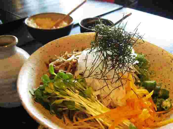 店の敷地は150坪。緑豊かな東山の景色と京町家の風情を楽しみながら、ゆったり蕎麦を味わえます。 【画像は、きんぴらゴボウ、三つ葉、オクラなど様々な野菜の具材がのせられた「京のやさいそば」)】