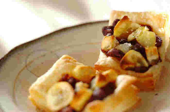 冷凍パイシートにゆで小豆と栗をのせて焼くだけで簡単。岩塩がアクセントになり、ほっくりとした小豆の甘さを引き立ててくれます。栗以外にフルーツやナッツを合わせてもおいしそうですね。