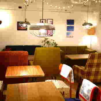 新宿3丁目の近くにある秘密基地のようなカフェです。店内はレンタルギャラリーとしても使われていて、アートを楽しむ事もできるおしゃれなカフェです。