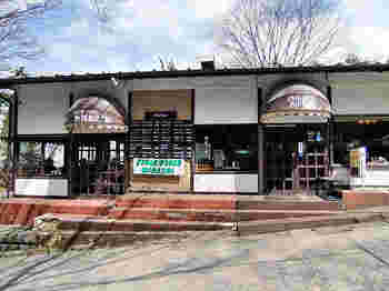 美味しいお肉を食べたいならここ!と言われる名店「みはし」。ちょっぴりレトロな外観が目印です。