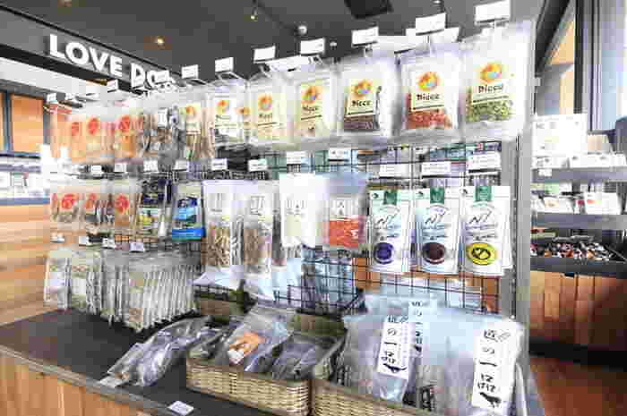 店内には無添加のドッグフードやおやつが販売されていて、品揃えも豊富。愛犬家さんへのお土産にもぴったりです。