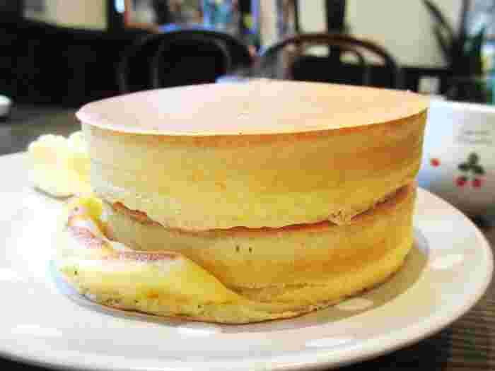 王道とも言えるシンプルなホットケーキは、銅板でゆっくりと焼かれています。表面はサクっとしていて、中はしっかりした生地感。角がぴしっとしているのもスプーンハウスのここの特徴。