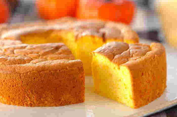 かぼちゃの自然な甘みが優しいふんわりシフォンケーキ。かぼちゃを加えると膨らみにくいので、生地を多めにしているそうです。かぼちゃをなめらかにマッシュしておくのも、繊細な仕上がりに欠かせませんね。