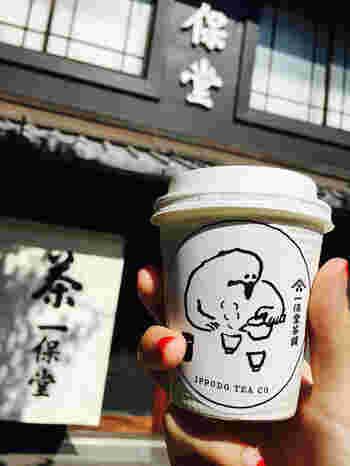 ちょっと番外編!日本茶もテイクアウトしてみましょう! 鳥がお茶を淹れている、なんともユーモラスなイラストがかわいいこちらは、京都の日本茶専門店『一歩堂茶舗(いっぽどうちゃほ)』のテイクアウト用カップです。