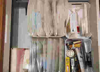 小物やパッケージがかさばる物は、スライダーケースやジッパーパックのような袋で管理すると、小さなボックスにも収まるサイズに。