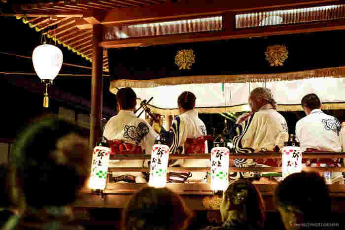 郡上おどりは、毎年7月半ばから9月上旬まで開催され、日本一ロングランの盆踊りとしても有名で、国の重要無形民俗文化財にも指定されています。郡上おどりの種類は、古調かわさき、かさわき、春駒、三百、やっちく、げんげんばらばら、甚句、さわぎ、猫の子、まつさかの10曲。