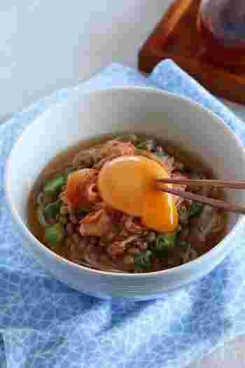 ネバネバのコラボがやみつきになる「オクラと納豆のピリ辛そうめん」。暑くて何も食べたくない…そんなときにもおすすめです。発酵食品の納豆と、完全栄養食とも言われている卵が一緒になることで栄養価もアップ。免疫力を下げないための栄養補給としてもおすすめのレシピですよ。