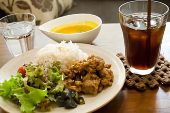 メニューは体にやさしいオーガニックの物を使用しています。前日までのご予約をとると、ランチにミニデザートがついてきますよ〜♪