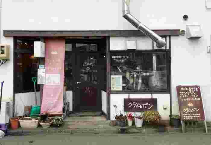 盛岡の老舗喫茶店として有名な「クラムボン」。そう、宮沢賢治の『やまなし』に登場する、水中の小さな生き物(諸説あり)の名前。ノスタルジックな佇まいも魅力で、賢治ファンにはたまりませんよね。