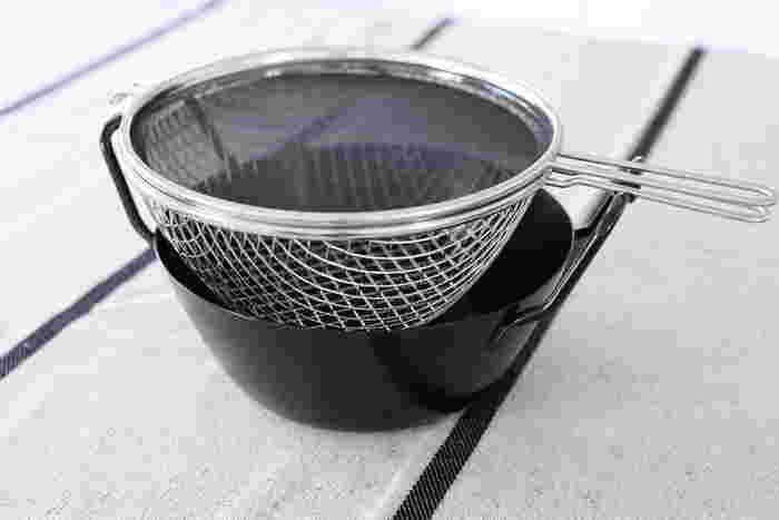 鉄鍋と揚げかごと油ハネ防止ネットの3点セット。油ハネ防止ネットが特にスグレモノで、フライドポテトを作ったとき、一滴も油ハネがなかったそう。