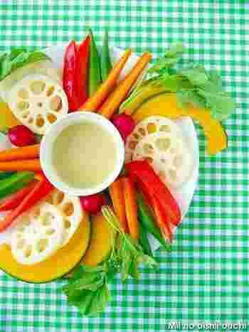 にんにくとアンチョビ、生クリーム、オリーブオイルで作る、気軽に楽しめるバーニャカウダです。しゃきしゃきとした生野菜や茹で野菜などにとってもあいます。見た目も華やかで、前菜にも喜ばれそうですね。