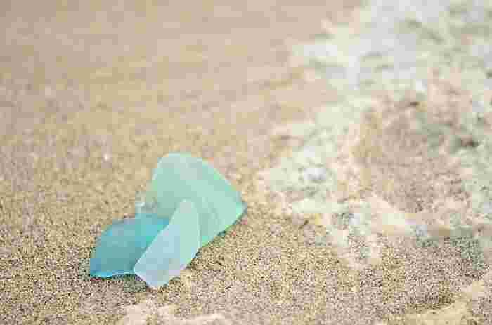岩場など、小石と一緒に落ちていることが多いんだそう。砂の表面に出ていないこともあるので、熊手やシャベルを使って少し掘り返してみて下さい。お散歩がてら、シーグラスを探しに出掛けてみませんか?