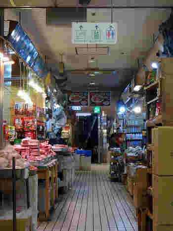 地下に下りると、一気に異国の雰囲気が漂います。地下1階の食料品街は、中国や東南アジアの食材を扱うお店が数軒入っていて、まるでアジアの市場を訪れたような気分に。