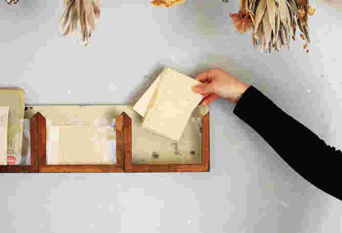 ヴィンテージ感あふれる小物は、味わいがあって、ひとつあるだけでお部屋の雰囲気がぐっと増します。 その風合いから、きれいなだけじゃない温もりが感じられます。