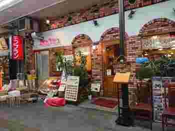 ハンバーグの美味しいお店としてテレビでも頻繁に紹介される「モンブラン 浅草店」。昔ながらのレトロな店構えが親しみやすく、どこか懐かしさを感じさせます。