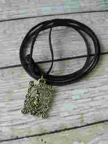 革ひもで作るネックレスならチャームを通してキュッと結ぶだけなのでとっても簡単です。チャームパーツは100円ショップにもたくさんあるのでぜひチャレンジしてみて。