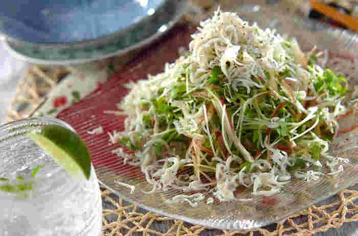 そしてもう一つの副菜には、春を感じることができる「薬味野菜とシラスのサラダ」をチョイス。ロールキャベツのケチャップとオイスター炒めのお口直しとして活躍してくれるレシピです。味付けはオリーブオイルと黒七味のみ!しらすの頑張りを感じられるシンプルで美味しい簡単サラダレシピです。