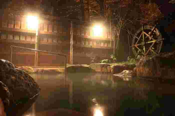 奥飛騨温泉郷の一つである平湯温泉は、北アルプスにある乗鞍岳北麓の標高1250メートルの場所に位置する温泉です。毎分8600リットルの豊富な湯が沸きだす平湯温泉は、戦国時代に開湯された歴史ある名泉です。