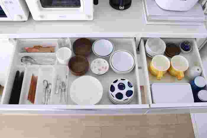 そんな時には、物ごとに収納するのではなく、1軍〜2軍または3軍に分類して収納してみると、毎日の作業効率もUPするはず。まずは1軍。毎日使う小皿やカトラリーを一緒に並べて。