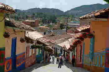南米らしい装飾が施されたかわいい家が立ち並ぶ街「グアタぺ」。メルヘン調の中にも南米らしさがあって、他では見られない独特のかわいさです。装飾は立体的になっていて、お店や家でそれぞれのモチーフがあり、見て歩くだけでも楽しいですよ。