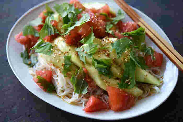 夏野菜のトマトとなすをたっぷりと使った冷製ぶっかけそうめんです。 なすの皮をむき、トマトの皮もひと手間かけて湯むきすることで、つるりと食べやすく仕上がります。そうめんを茹でる前のお湯でトマトの湯むきをすれば無駄はありません◎  仕上げに大葉とゴマをお好みでたっぷり散らして、さっぱりと召し上がれ♪