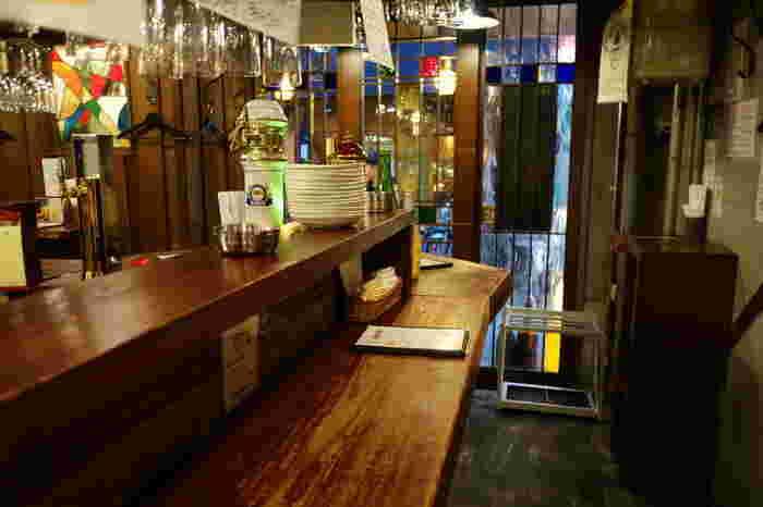 味のあるカウンターやスタンドグラスなど、どこかノスタルジックな雰囲気が漂う店内。立呑みであることも忘れて、ついつい長居してしまう居心地の良さが魅力です。