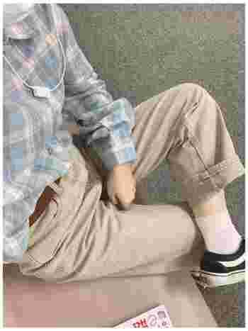 パステルピンクのカラーソックスは、女性らしさをプラスします。  ベージュのチノパン、黒のスニーカー、チェックシャツといったボーイッシュなコーディネートも、ピンクの靴下でキュートな雰囲気になります。