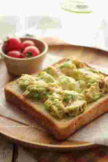 ねっとりとしたアボカドに鮭フレークの塩気が効いたトーストは、わさびが隠し味。トレンドのアボカドトーストのちょっと新しい食べ方です。