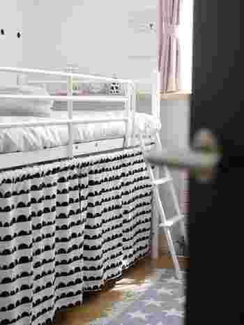 とにかくスペースに余裕がない方はベッドを少し高めのものを置いて、ベッド下を収納空間に。お気に入りの布で隠して◎空間を縦に有効的に使うのも忘れずに。