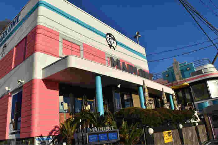 横須賀市秋谷にあるマーロウ本店。店内に入ると圧巻の眺めが広がります。