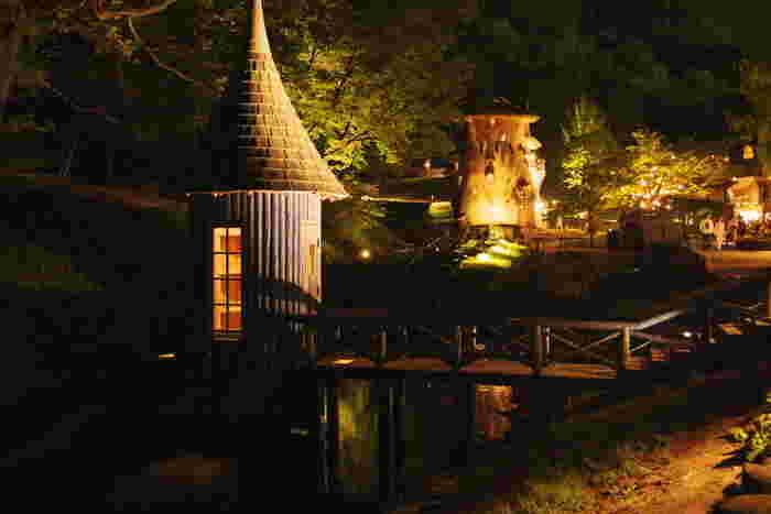 土日祝日の日没~21時までは公園内のライトアップが行われ、ロマンティックな雰囲気に包まれます。暗闇に浮かぶユニークな建物が、より幻想的な童話の世界観を感じさせますね。