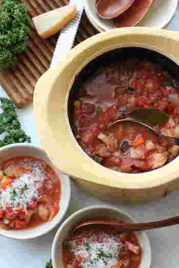 お野菜を中心に食材をコトコト煮込んでおいしいのがミネストローネです。トマトの旨みや人参の甘みなど、色々なお野菜の風味を感じられそう。