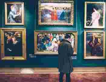 アートって少し遠い存在に感じている人も多いはず。けれど、アートを近くに置いておくことで、芸術が身近なものに思えてきます。美術館や好きな画家の個展に、もっと行きたくなるかもしれませんよ。
