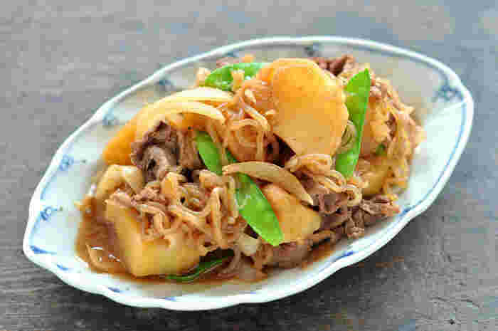 お母さんの味の定番「肉じゃが」は、 家庭の味という言葉がぴったりのメニューですね。具だくさんな一品だからこそ、素材の味をふんだんに使って、こちらはだし汁を使わない手軽なレシピです。