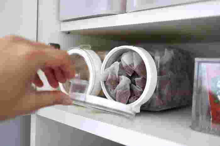 戸棚の中に横置きにして取り出しやすく。フタの開け閉めが片手でスムーズにできるので、ストレスなく使えますよ。