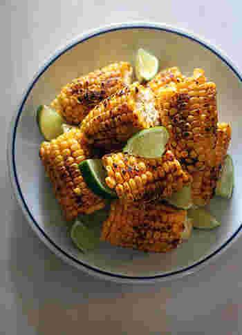 茹でて食べることが多いトウモロコシですが、たまにはスパイシーなエスニック風味で味わってみませんか?カレー粉とカイエンペッパーのスパイシーなトウモロコシは病みつきになる美味しさです。レンジで加熱で簡単、タレは最後に塗るので焦げる心配もありません!