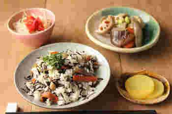ひじきご飯に合わせるおかずは、ひじきご飯に入れる具とのバランスを考えてボリュームや内容を調整しましょう。お肉や大豆入りの食べ応えのあるひじきご飯には野菜中心のおかずを合わせたり、シンプルなひじきご飯には肉や魚のメイン料理と野菜料理の小鉢などを合わせたり、といろいろ工夫できます。  ひじきに含まれる鉄分は、ビタミンCや動物性のタンパク質と合わせると吸収率が高まるのだそう。栄養成分とも照らし合わせながらよりメリットのある献立を考えてみましょう。