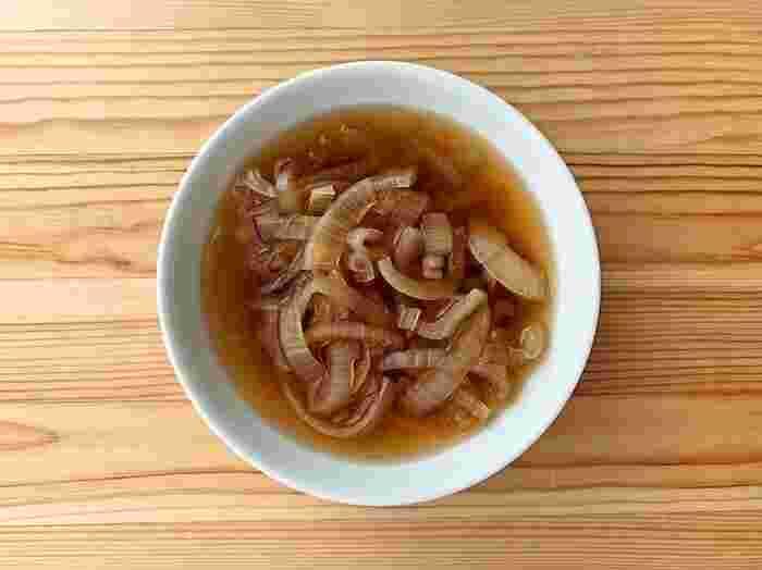 使う野菜は、玉ねぎのみ。素材そのものの味わいを活かしたシンプルな冷製スープです。 おいしく仕上げるコツは、玉ねぎの切り方。繊維を断ち切るように、繊維に対して包丁を直角に入れましょう。細胞を壊すことで、玉ねぎがやわらかくなるだけでなく、水分や旨み・甘みの成分がスープの中に溶けだして、味に深みが出ます。