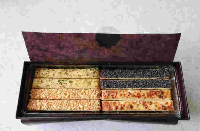 塩味の効いたスティックパイが整然と並んでいます。 ブラックペッパーやグリーンペッパーなどの胡椒系のほか、キャラウェイシードなど、24本入り(8種類)と12本入り(6種類)の2種類をご用意。