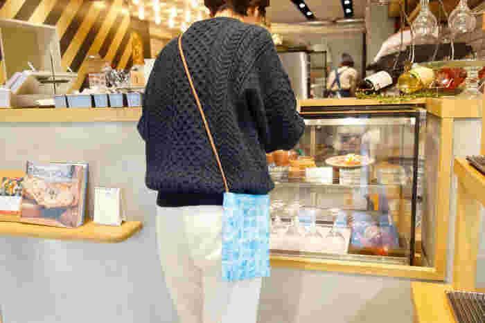 """マチのない平らなバッグも、直線縫いだけで作れるアイテムです。縫うことに慣れてきたら、バッグ作りにチャレンジしてみましょう。こちらは、ご近所へのお出かけにぴったりの""""サコッシュバッグ""""。スマホやお財布などをしまうのにちょうどいいサイズです。"""